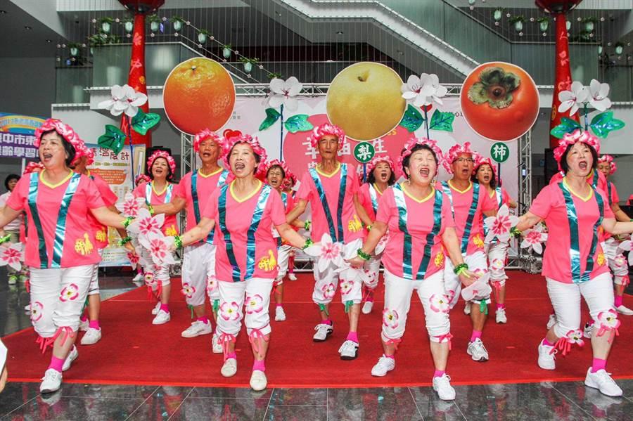 台中市從7月1日起恢復老人健保補助,全市約75%以上,26萬名長輩受惠。(盧金足攝)