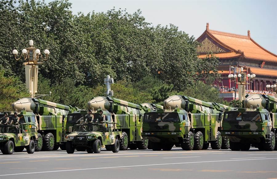 東風-21D彈道飛彈發射車通過長安街的資料照。(新華社)