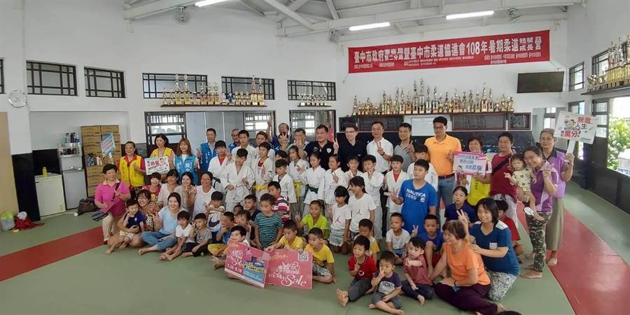 台中市政府警察局第二分局辦理「柔道體驗營」,共有近百名青少年踴躍報名參加。(馮惠宜攝)