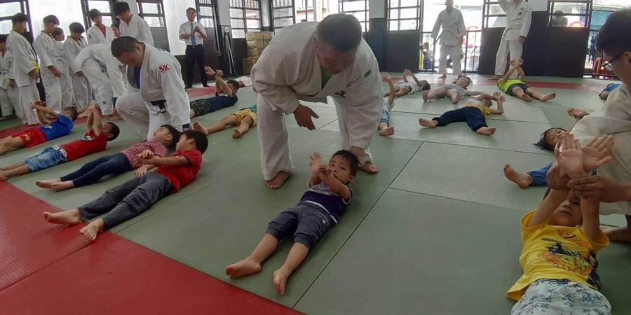 幼稚園的大小朋友們有模有樣的跟著教練做著柔道基本動作,模樣逗趣可愛。(馮惠宜攝)