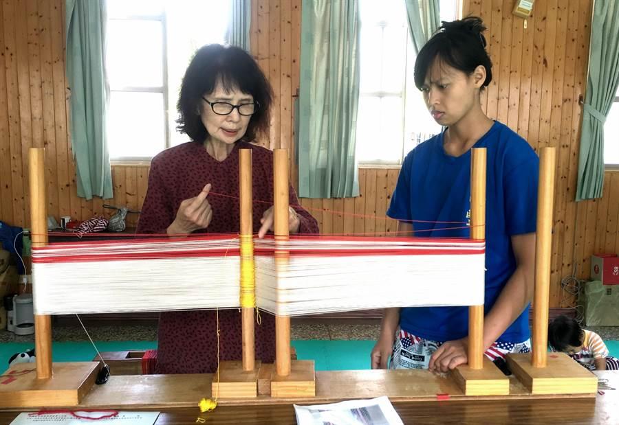 ▲學員在工藝師張鳳英的指導下學習賽德克族傳統織布工藝及緯挑織布技法。(楊樹煌攝)
