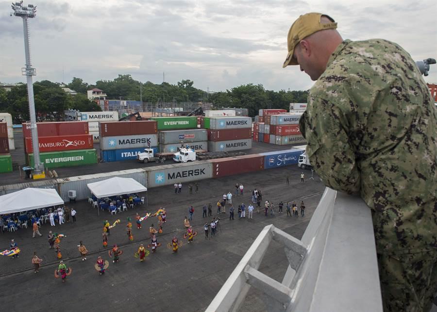 蒙哥馬利號瀕海戰艦抵達菲律賓達沃市港,指揮官愛德華羅素在艦上向達沃市港口歡迎隊伍致意。(圖/美國海軍)
