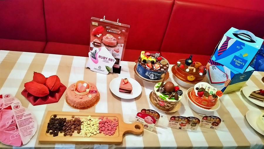 經營85度C的美食-KY鎖定8月父親節檔期商機,宣布祭出4款6~8吋的「爸氣出發」平價造型蛋糕,並引進2年前甫誕生粉紅色巧克力,研發「紅寶石巧克力蛋糕」新品,積極搶攻暑期消費商機。(林資傑攝)