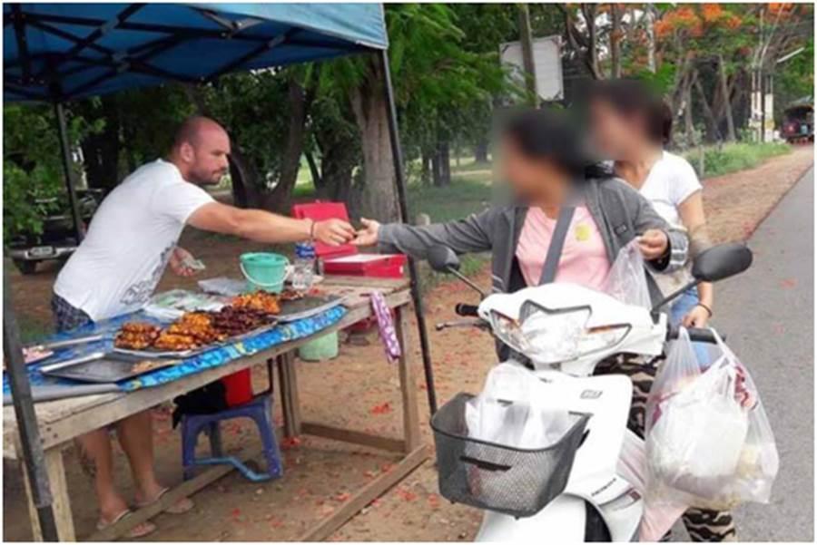 德國通緝犯逃泰國賣烤雞成了網紅,反而被警方盯上。(翻攝自泰國網路)