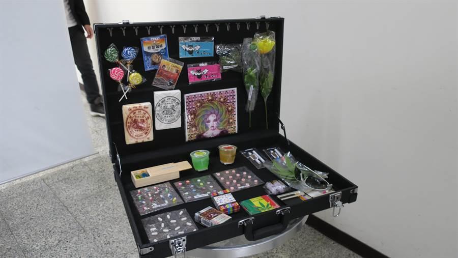 彰化縣衛生局首創的行動反毒箱,以攜帶方便的擺攤行李箱陳列多達23種品項的擬真新興毒品偽裝型態。(謝瓊雲攝)
