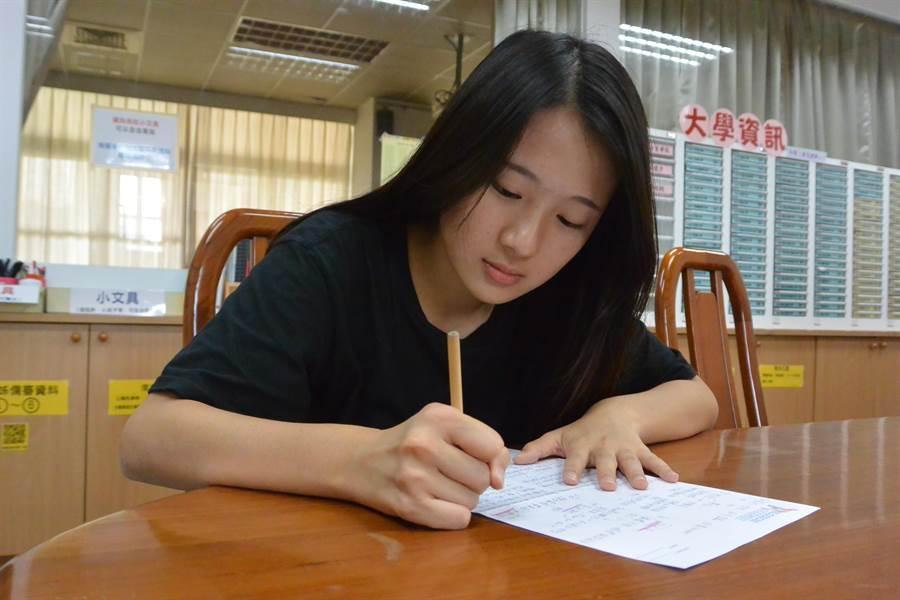 鍾侑芸喜愛將觀察到的社會動態用文字記錄下來。(巫靜婷攝)