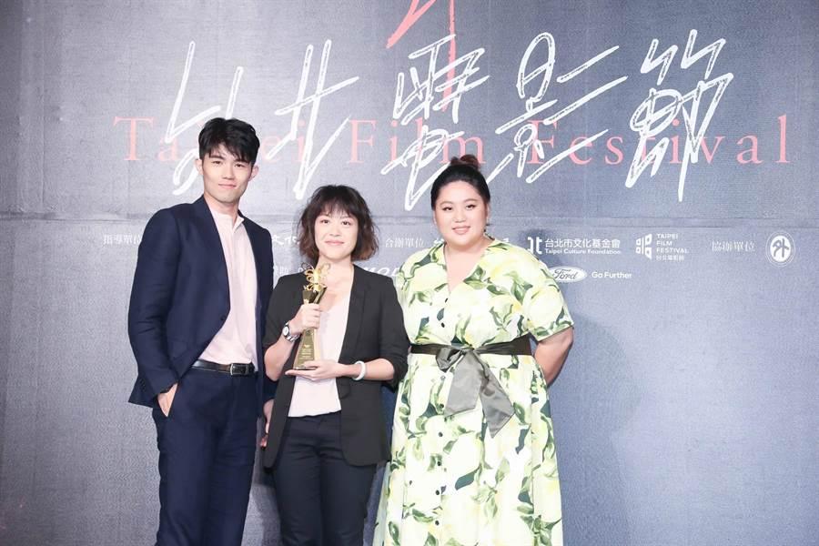 《大餓》獲得觀眾票選獎,中為導演謝沛如。(羅永銘攝)