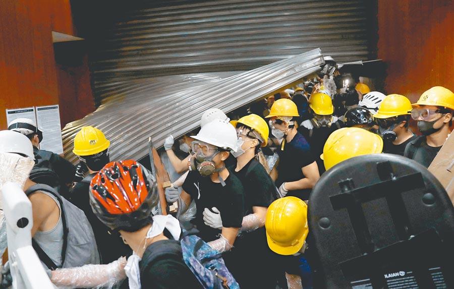 七一遊行示威群眾衝破香港立法會大門,闖入立法會大樓。(路透)