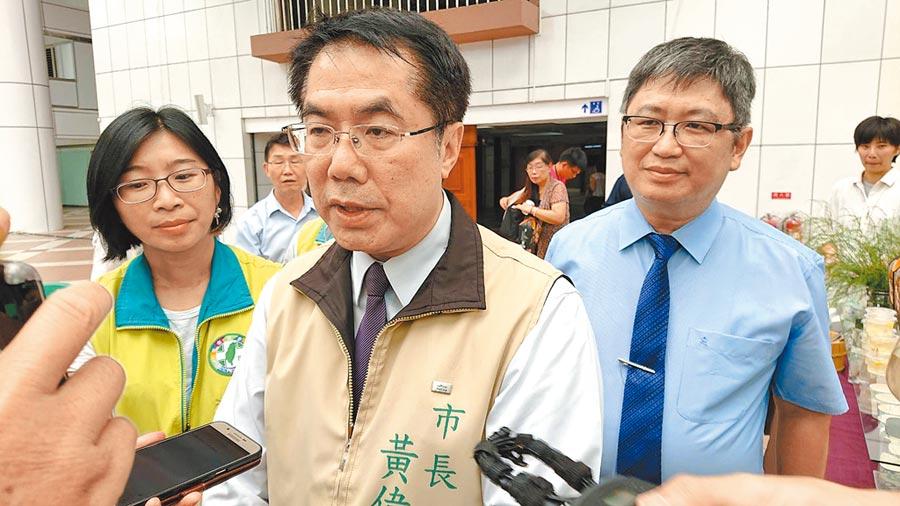 台南市議員質疑市府登革熱防疫態度鬆散,市長黃偉哲(中)回應,打口水戰不如打防疫戰。(程炳璋攝)