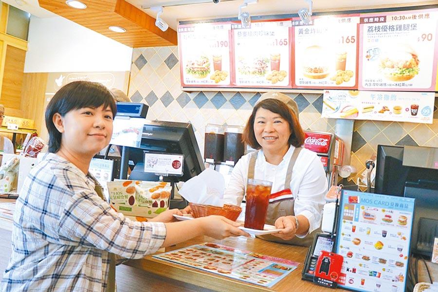 嘉義市長黃敏惠(右)化身速食店一日店長,向民眾宣導內用限用塑膠吸管。(張亦惠攝)