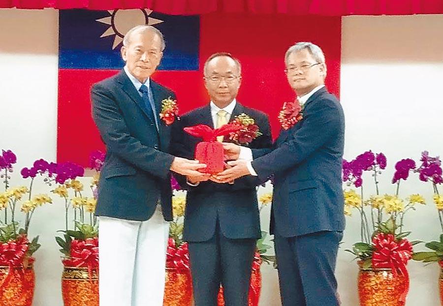 屏基放射科主任施丞貴(右)從卸任衛生局長李昭仁(左)手上接下印信,接任屏縣衛生局長。(林和生攝)