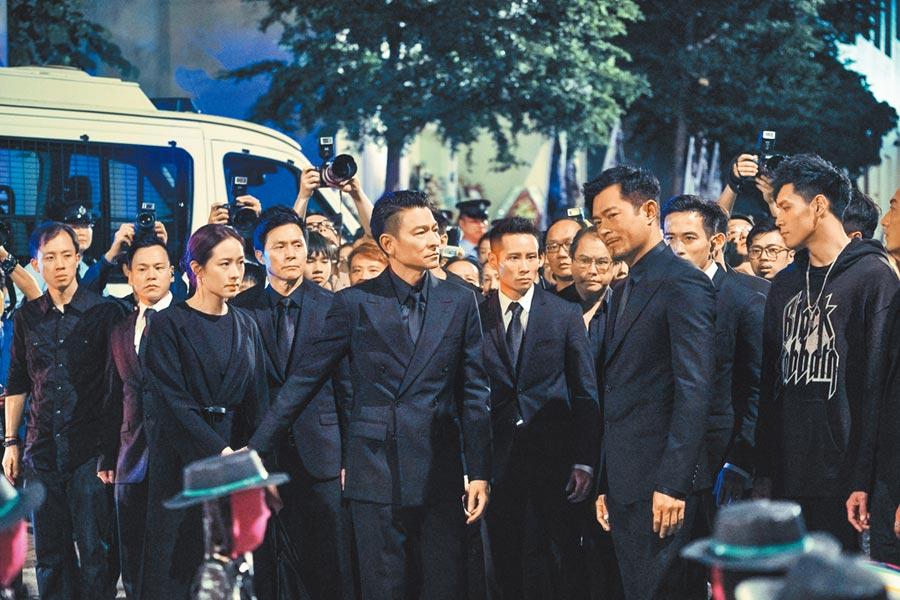 林嘉欣(前排左起)和劉德華、古天樂在香港街頭飆戲。