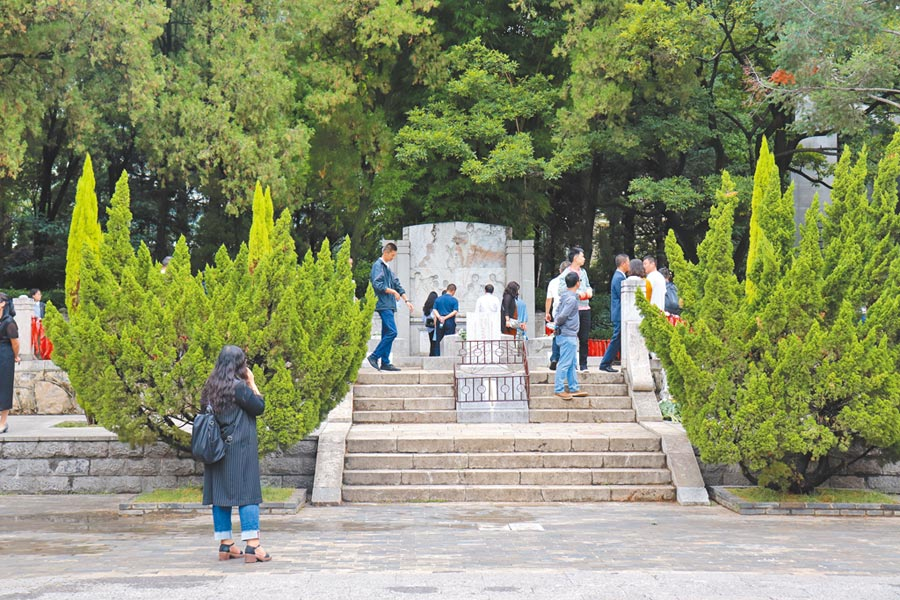 西南聯大博物館內設有「一二一烈士」與聞一多的墓。(記者呂佳蓉攝)