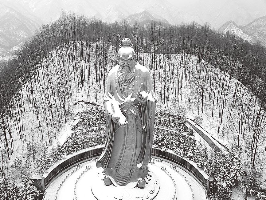 洛陽老君山老子銅像。(中新社資料照片)