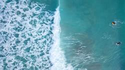 海邊玩空拍機拍妻小 一升空父嚇壞