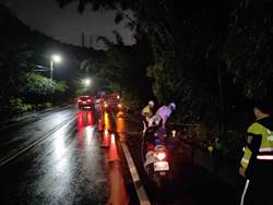 土石滑落佔據路面 林口警冒雨疏運