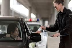 女駕駛遇臨檢 一句話讓警哭笑不得