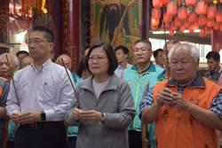 蔡英文前往竹北保安宮 與民眾互動