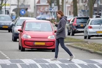 行人過馬路玩手機 這城市要開罰