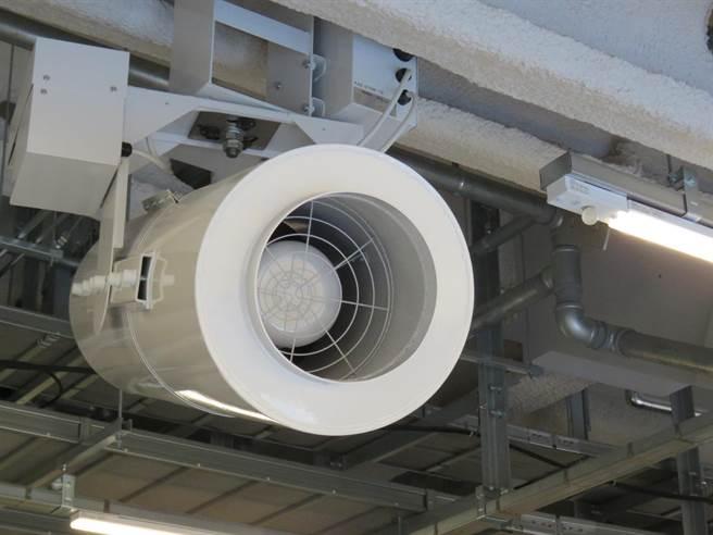 全館共設有185台人造氣流電扇,可讓體感溫度降低兩度左右。(黃菁菁攝)