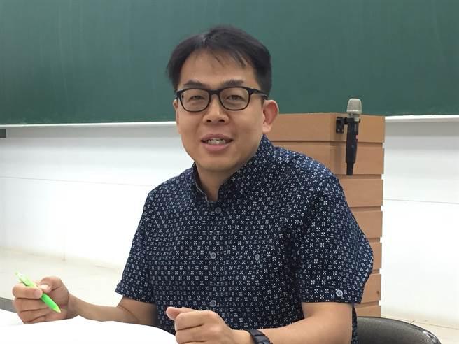 升學專家劉駿豪解析今年各大學校系的落點分數。(林志成攝)