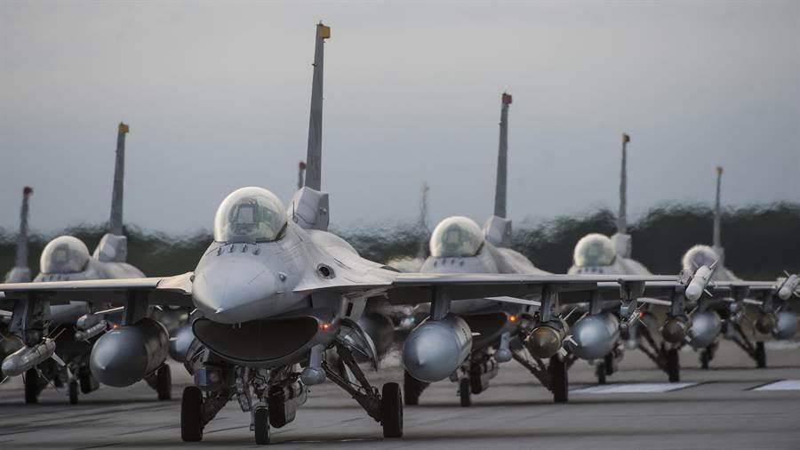 美國對台軍售近期出現戰略性變革,將台灣定位為正常的美國對外軍售合作夥伴。圖為F-16戰機。(圖/美國空軍)