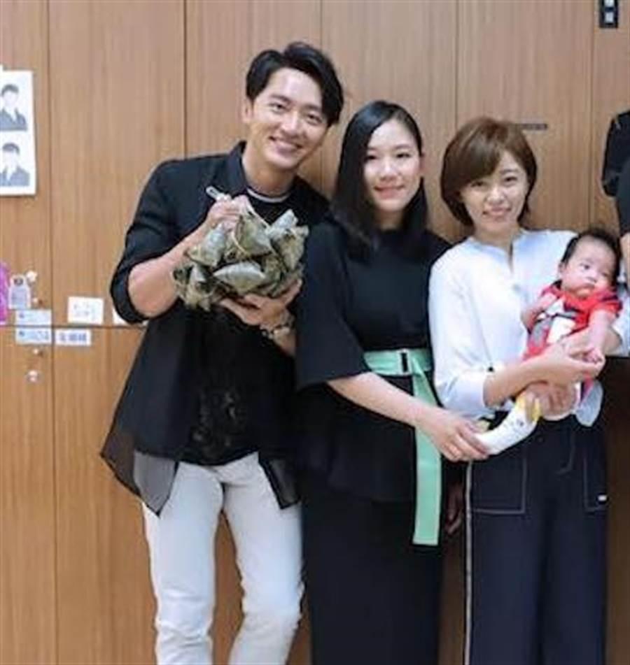 6月7日端午節前夕,馬俊麟和老婆(左二)曾到攝影棚內探班,和王瞳也互動愉快。