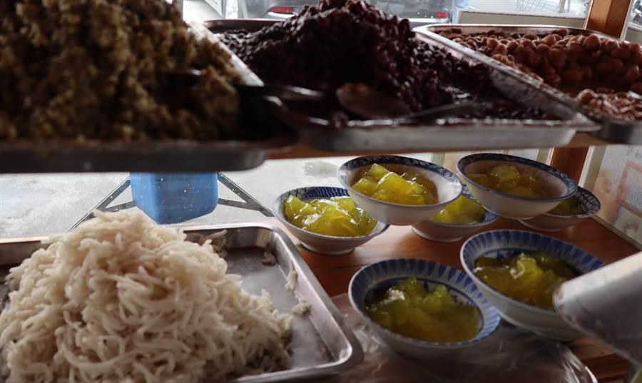 六甲恒安宮媽祖廟前剉冰攤,古早味配料可自由選擇,製作費工的粉粿也大受歡迎。(劉秀芬攝)