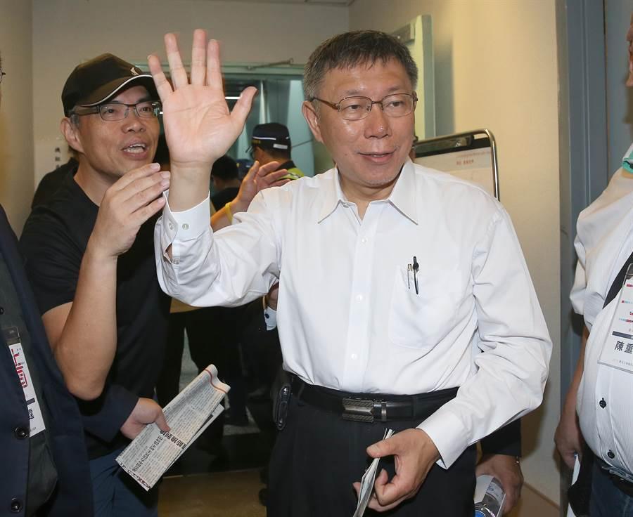 台北上海雙城論壇4日登場,台北市長柯文哲3日上午率團啟程前往上海赴會。(陳麒全攝)