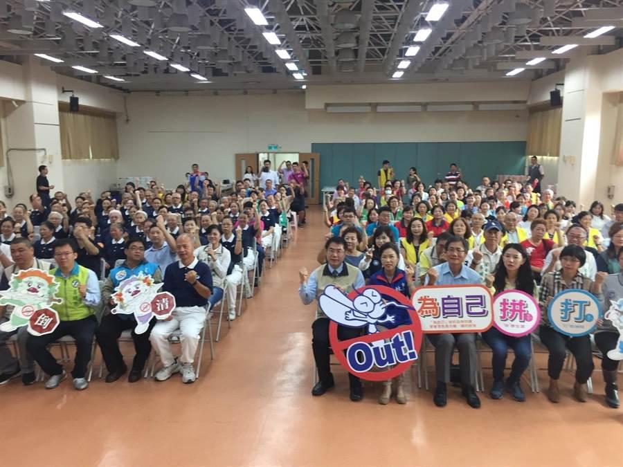 台南市長黃偉哲今天一早在安平宣誓公私部門串起防疫聯絡網。(曹婷婷攝)