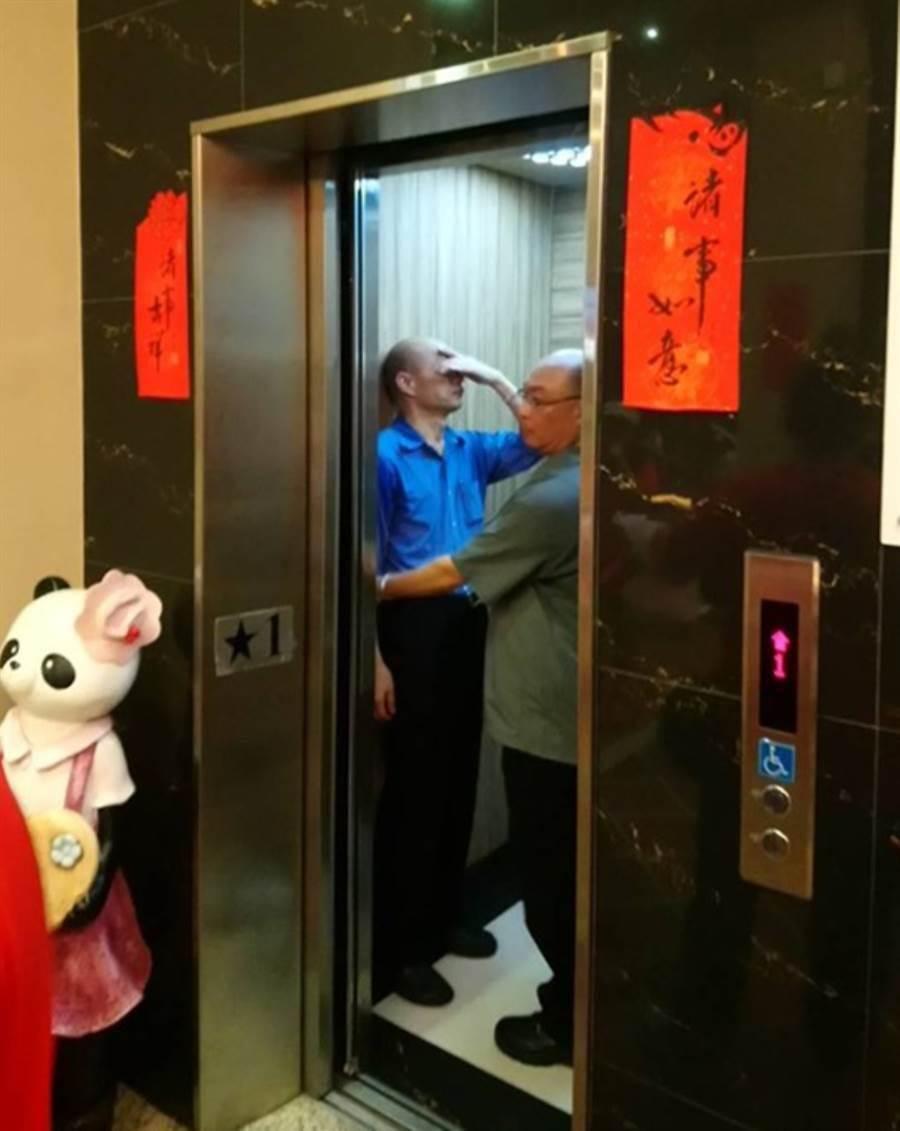 網友拍到野生韓國瑜(左)在電梯裡,他用左手扶著頭,看起來累翻了。(翻攝「2020韓國瑜總統後援會(總會)」)