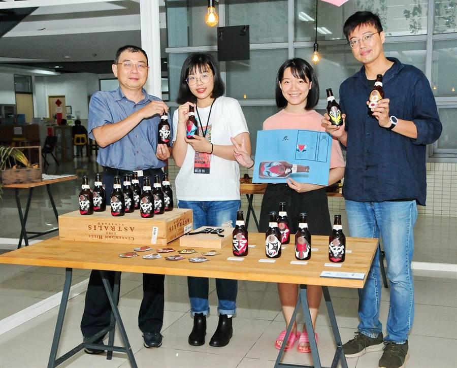 「素人品牌」成果展,以「台灣文化」為主軸,由台文、中文、企管、國企及大陸交換生30人參與。(陳世宗攝)