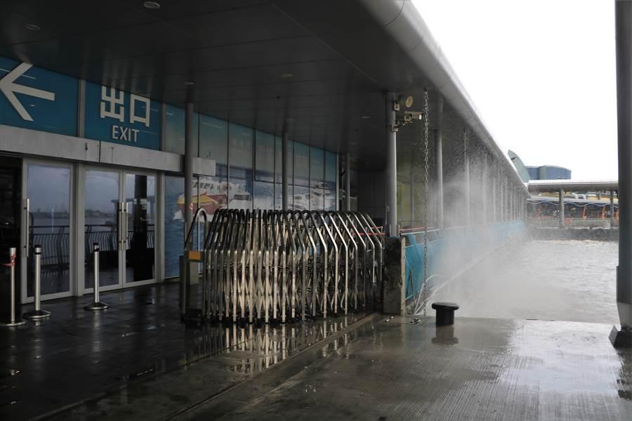 受西南氣流加上初一漲潮影響,東港碼頭3日掀起大浪,不僅交通客船無法靠岸停泊,高1層樓的浪還直接打進售票處。(謝佳潾攝)
