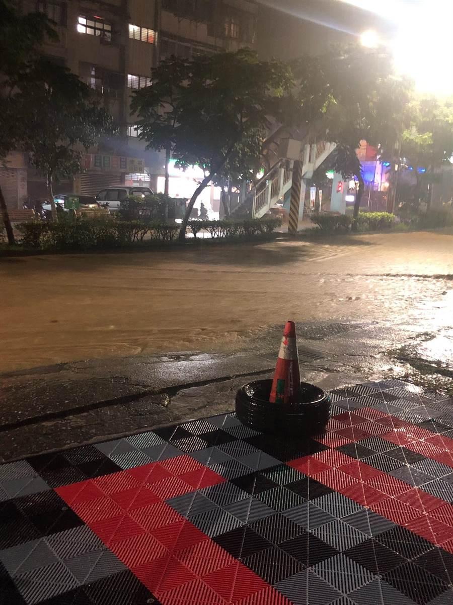 基隆今(3)日凌晨0時許大雨滂沱,武崙溪暴漲,路面積淹水。(翻攝自基隆人臉書)
