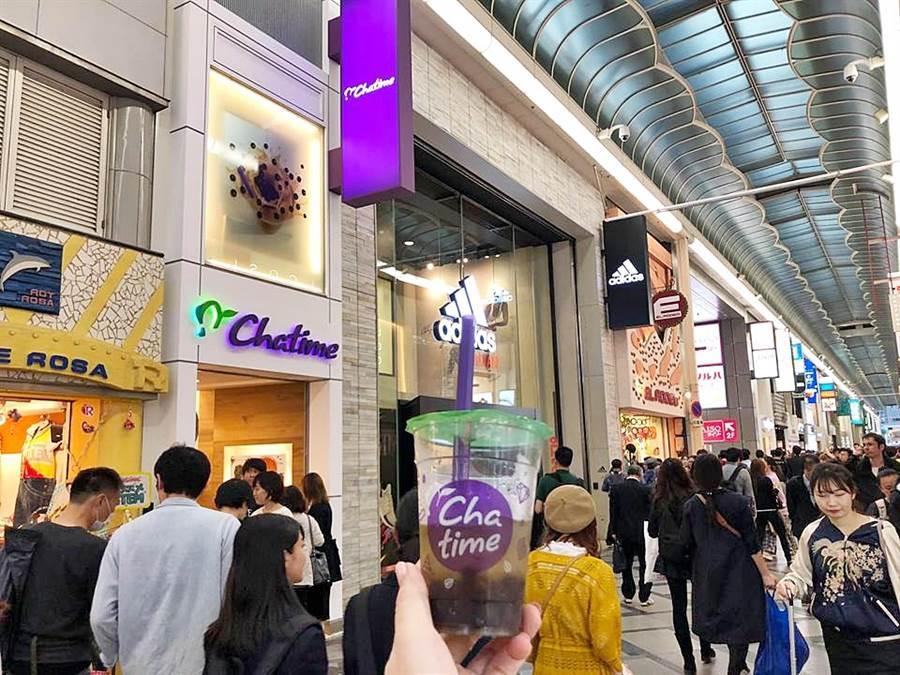 六角旗下「Chatime日出茶太」搭上日本珍珠奶茶熱,今年在日本高速展店,其中大阪心齋橋店已躍升全球店王,單日可賣出超過2000杯。(圖/六角國際)