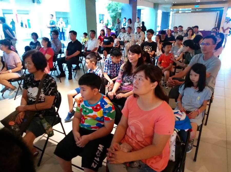 雲林縣日商艾杰旭公司舉辦全縣兒童繪畫比賽,得獎作品3日上午在雲林縣府開展,得獎小朋友偕家人一起參加。(許素惠攝)
