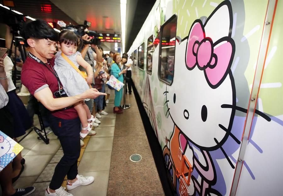 台鐵環島之星Hello Kitty彩繪列車3日首航,繽紛可愛的圖案吸引不少大小粉絲前來朝聖。(范揚光攝)