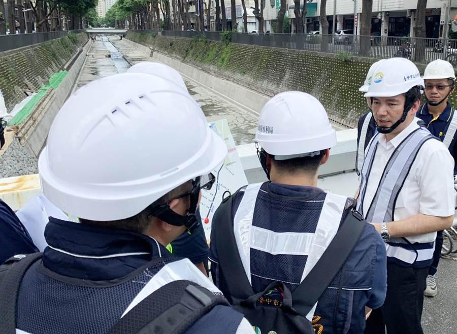 水利局長范世億視察惠來溪及潮洋溪水環境改善計畫工程,提醒施工團隊夏季汛期將至,務必注意施工安全。(陳世宗翻攝)
