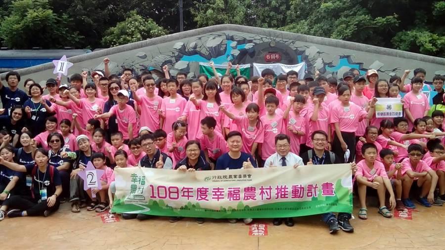 台中市四健食農夏令營登場,讓青少年體驗農業。(陳世宗翻攝)