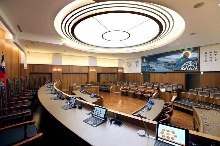 司法院3日開放大法庭給媒體拍攝,大法庭設有11名法官,席位一字排開,天花板採大面積照明,圓形代表太陽,6道光芒代表六法,象徵審判攤在陽光下讓社會大眾檢視,公開透明。(黃世麒攝)