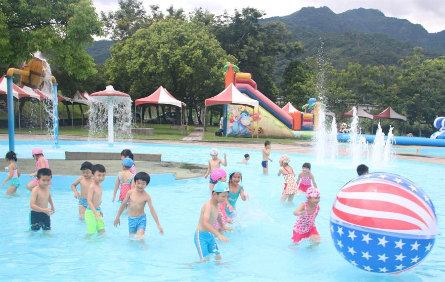 108年水里玩水節.夏日水樂園系列活動的水上親子遊戲戲水區,讓孩童享受玩水樂。(楊樹煌攝)