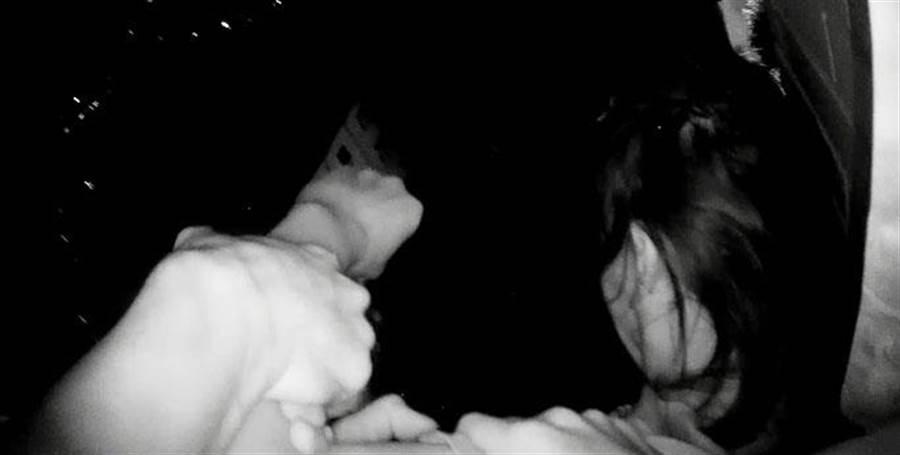 彰化分局民族路派出所警員廖昱森、林聖翔巡邏勤務,發現男子欲跳樓輕生,千髮一瞬間拉回房間,才未釀成憾事。(吳敏菁翻攝)
