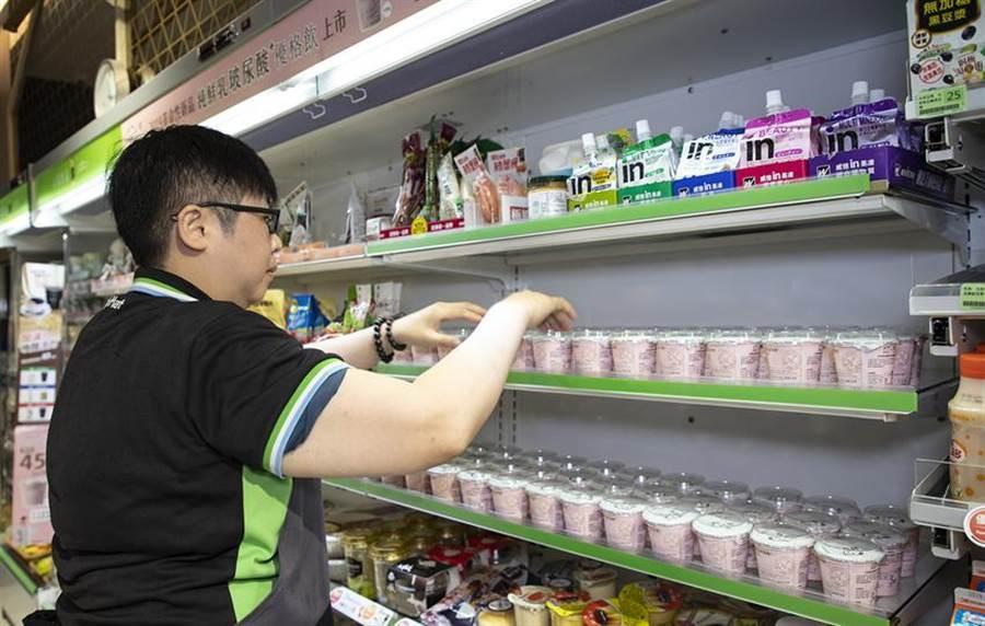 (鮮乳坊全新「純鮮乳玻尿酸PLUS優格飲」100g,即日起在全家獨家販售。圖/業者提供)