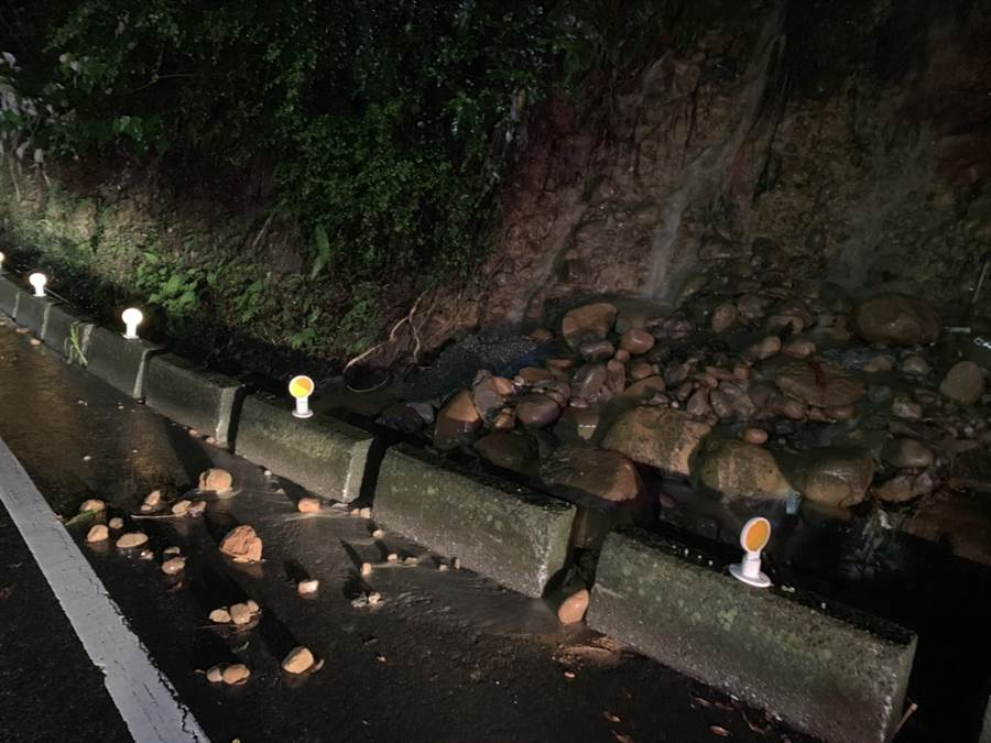 昨晚林口区及泰山区多处路段淹水,其中泰林路山区道路边坡土石松动,土石滑落占据道路。