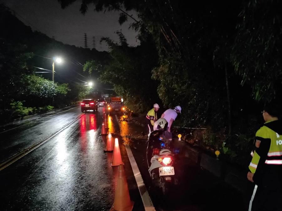警方冒雨執行勤務,疏導現場交通。(吳亮賢翻攝)