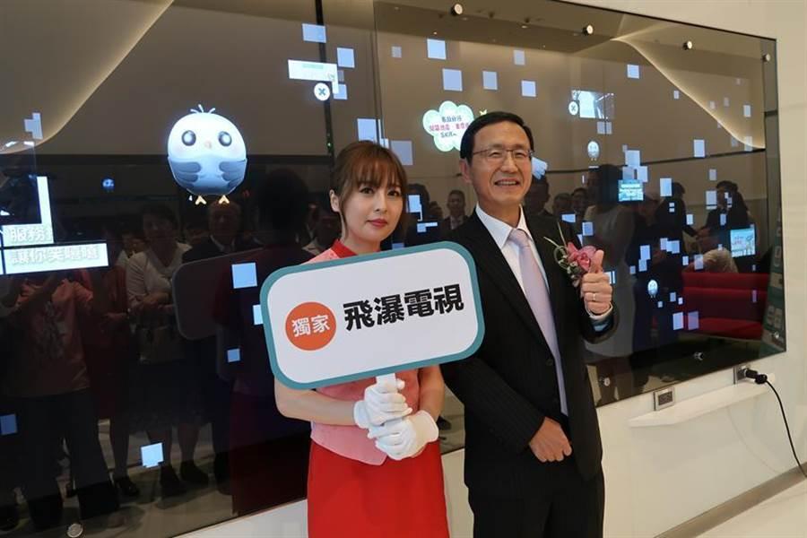 (中信台中市政分行擁有最創新的科技,總經理陳佳文親自示範飛瀑電視,彷彿來到關鍵報告場景,數位感十足。圖:魏喬怡)