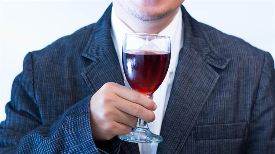不少女性並不了解喝酒可能增加罹患乳癌的機率。(圖/達志影像)
