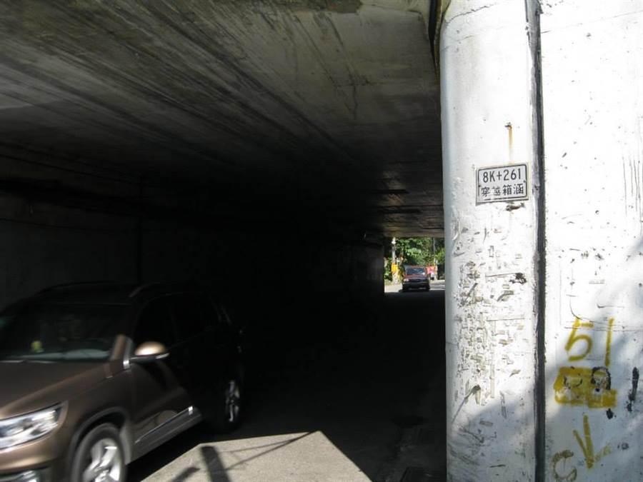 鄭男去年2、3月間,偕同少年在涵洞內,對1名未滿14歲的少女進行輪流嘿休,示意圖,非案發地點。(張穎齊翻攝)