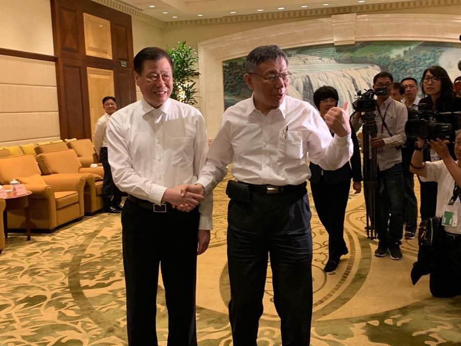 台北市長柯文哲今率團赴上海參加雙城論壇,上海市長應勇於歡迎晚宴前與柯文哲見面,兩人握手致意。(林縉明攝)