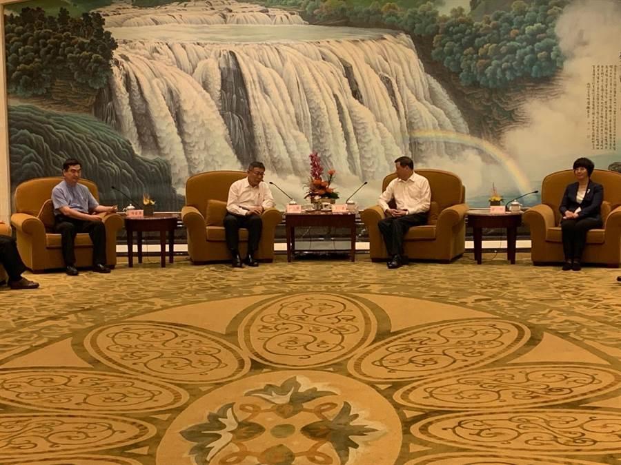 台北市長柯文哲今率團赴上海參加雙城論壇,上海市長應勇於歡迎晚宴前與柯文哲見面。(林縉明攝)